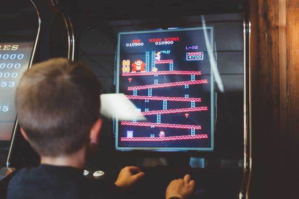 ドンキーコングのアーケードゲームで遊ぶ子供