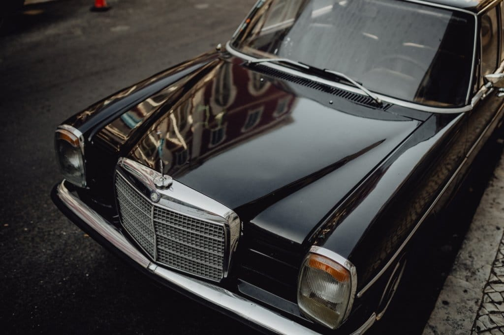 黒色と光沢感で高級感・権威・魅力を高めている車