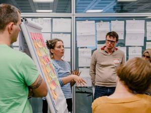 ワークショップ参加者に説明をするエバの写真