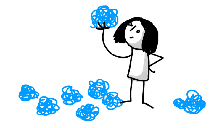 女の子が青いボールを片手で持ち上げ眺めている様子