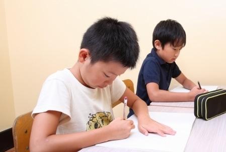 競って勉強する子供のイメージ